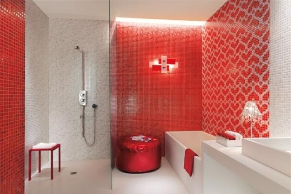 Красно-белая ванная комната.